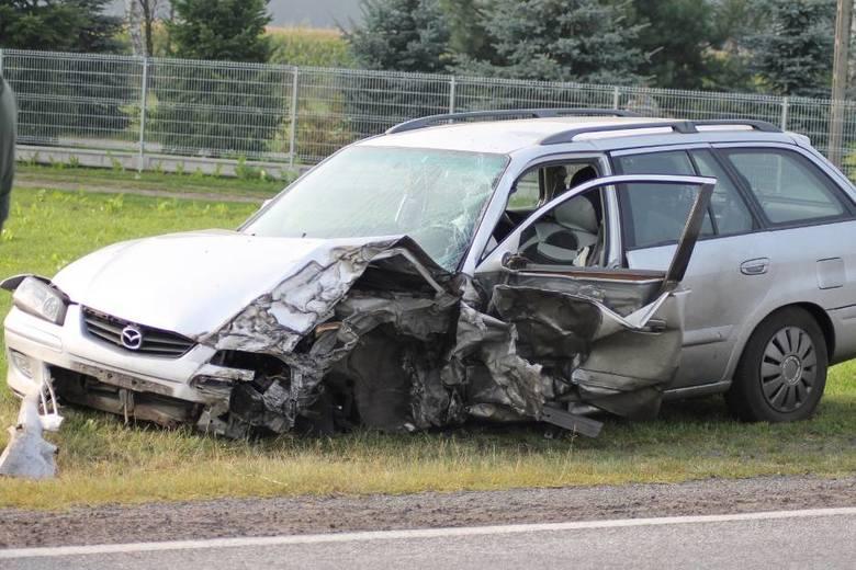 W piątek rano na drodze w Smoszewie pod Krotoszynem doszło do groźnego wypadku. Zderzyły się auto marki mazda oraz ciągnik z naczepą. Ranny kierowca