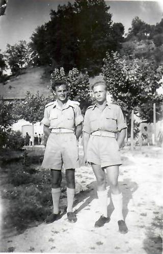 Liceum 3 D.S.K. w Amandoli, jesień 1945 roku. Od lewej kpr. pchr. Antoni Łapiński 1 P.A.L. 3 D.S.K. z prawej strony kpr. pchr. Michał Dragun 3 P.A.P .- L. 3 D.S.K.