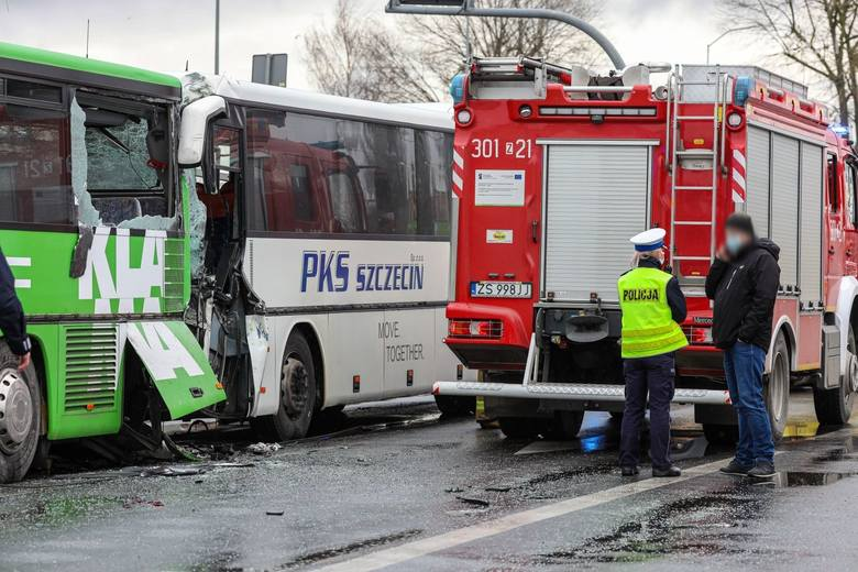 Zderzenie autokarów w Szczecinie. Do wypadku doszło 19.03.2021 na ul. Gdańskiej.