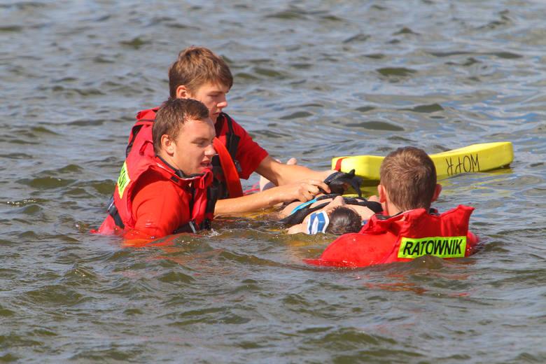Niewiele brakowało, a tragicznie zakończyłaby się dla młodego mężczyzny kąpiel w Zalewie Koronowskim w Pieczyskach.W Boże Ciało o godz. 16.34 strażacy