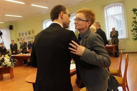 Anna Michalczuk zajęła miejsce starosty Marka Ślusarskiego. Po wyborze przyjmowała gratulacje od radnych. Na zdjęciu z Pawłem Lichtańskim.
