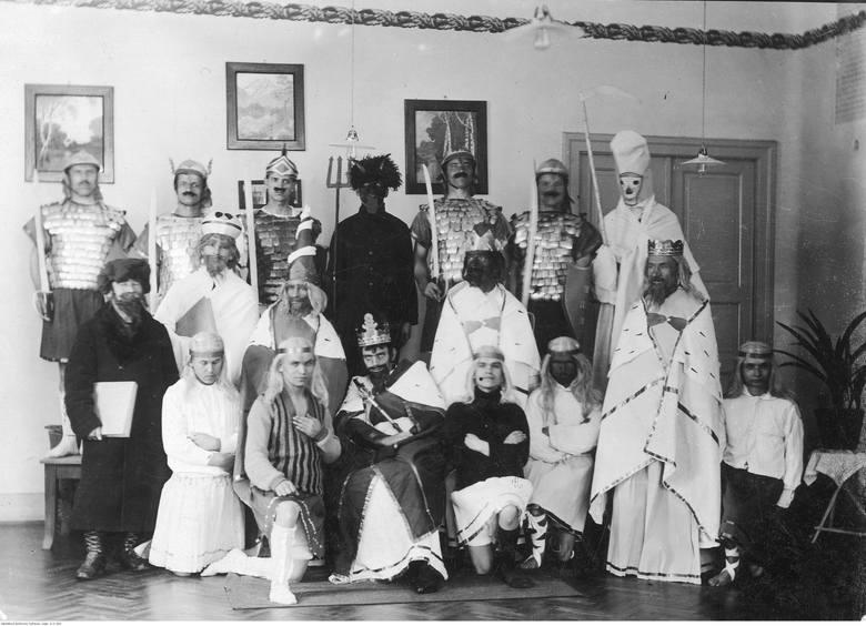 Zespół teatralny po przedstawieniu Jasełek.