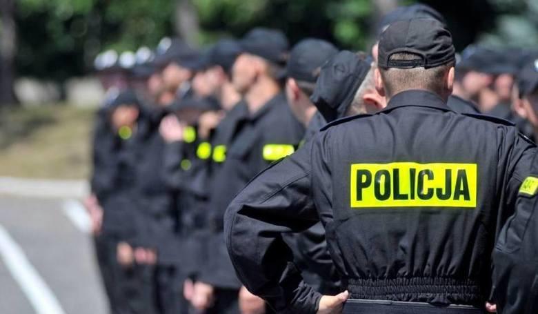 Policjanci, także protestem, wywalczyli sobie podwyżki. Każdy nich zarabiać będzie o 500 złotych brutto więcej.Zobacz, ile średnio netto zarabiać będą