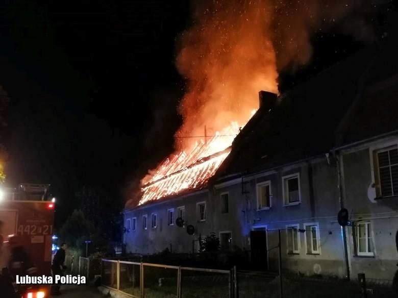 Policjanci pomagali w ewakuacji mieszkańców płonącej kamienicy.