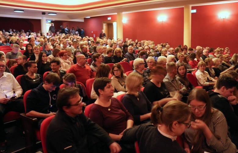 Michał Szpak wystąpił w grudziądzkim teatrze. Widownia była pełna po brzegi  [zdjęcia]