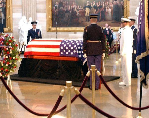 POGRZEB RONALDA REAGANAdata: 9 czerwca 2004koszt: 400 mln dolarówJednym z najdroższych pogrzebów w historii współczesnego świata było pożegnanie Ronalda
