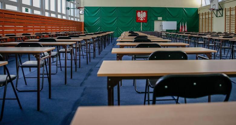 Przeprowadzenie egzaminu ósmoklasisty i matur w pierwotnie planowanych terminach jest podczas epidemii koronawirusa niemożliwe - oceniają rodzice, uczniowie