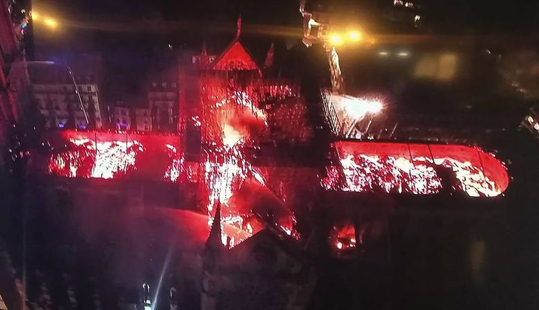 Po tym, jak spłonął dach świątyni, ogień dostał się do jej wnętrza