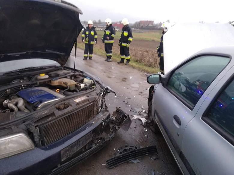 Jak ustalili policjanci, kobieta kierująca osobowym renault nie dostosowała prędkości do warunków panujących na drodze i czołowo zderzyła się z audi