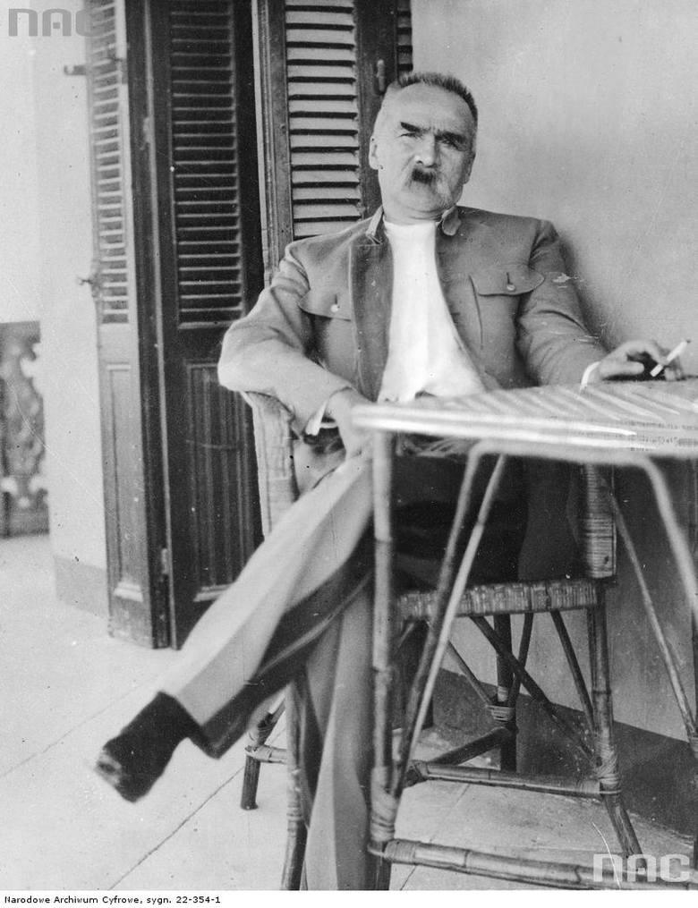 """Józef Piłsudski na werandzie willi """"Jola"""" w Heluan."""