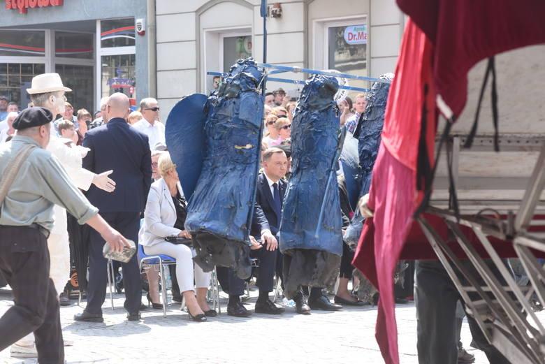 """<b>W Zielonej Górze rzadko kiedy można obejrzeć uliczne spektakle. Podczas obchodów 58. rocznicy Wydarzeń Zielonogórskich 1960,na zakończenie uroczystości na zielonogóskim rynku, widzowie zobaczyli """"Ulice wolności"""".</b><br /> <br /> Scenariusz powstał na podstawie tego, co Wojciechowi..."""