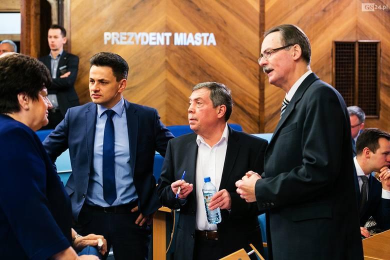 Na wtorkowej sesji ślubowanie na radnego złożył Marcin Pawlicki z PiS (drugi z lewej) do niedawna zastępca prezydenta Szczecina. Pawlicki fuchę u Piotra