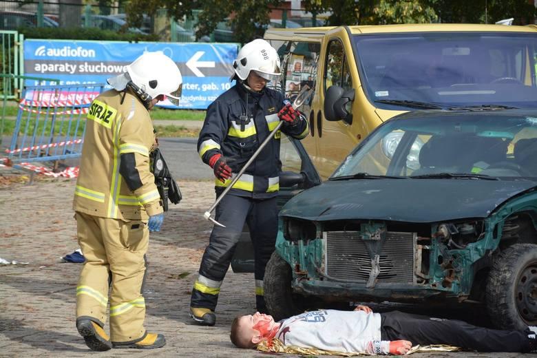 W Więcborku na ulicy Powstańców Wielkopolskich samochód osobowy, którym podróżowały cztery osoby, uderzył w siedem osób stojących na przystanku - taki