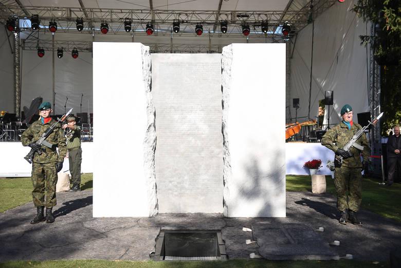 W sobotę (6 października) na skwerze przy ul. Uniwersyteckiej uroczyście odsłonięto Pomnik Ofiar Zbrodni Pomorskiej 1939 - symboliczne miejsce pamięci