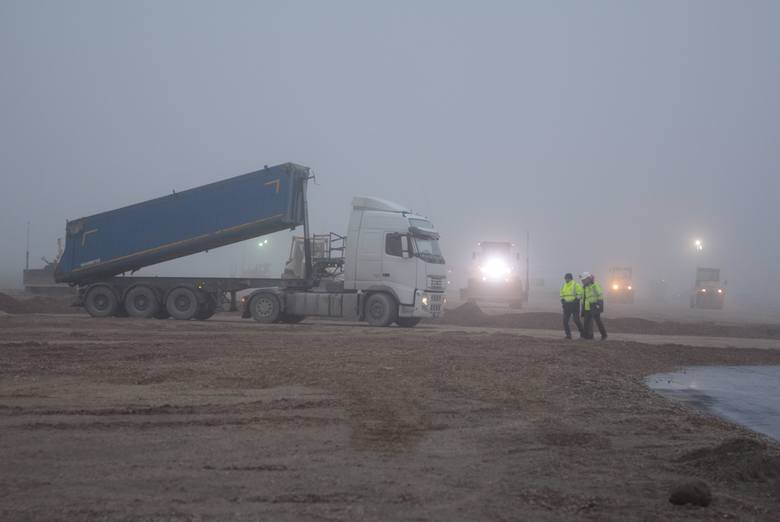 Na Sadkowie trwa budowa nowego odcinka pasa startowego. Układane są warstwy podbudowy pod betonową nawierzchnię.
