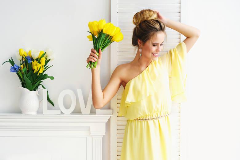 Sukienki na wesele zwłaszcza latem są bardzo poszukiwane. W końcu ślub to doniosła uroczystość i ani na nim, ani na weselu nie wypada pojawić się ubranym