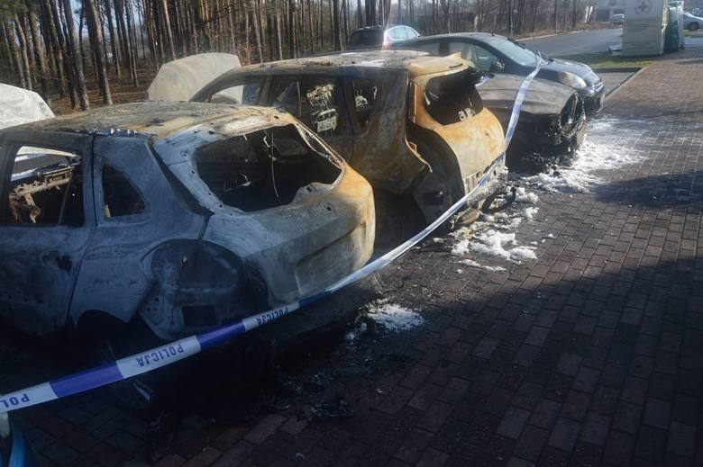 Kiedy wezwana straż pożarna dojechała na ul. Bananową, pojazdy  stały już w ogniu.