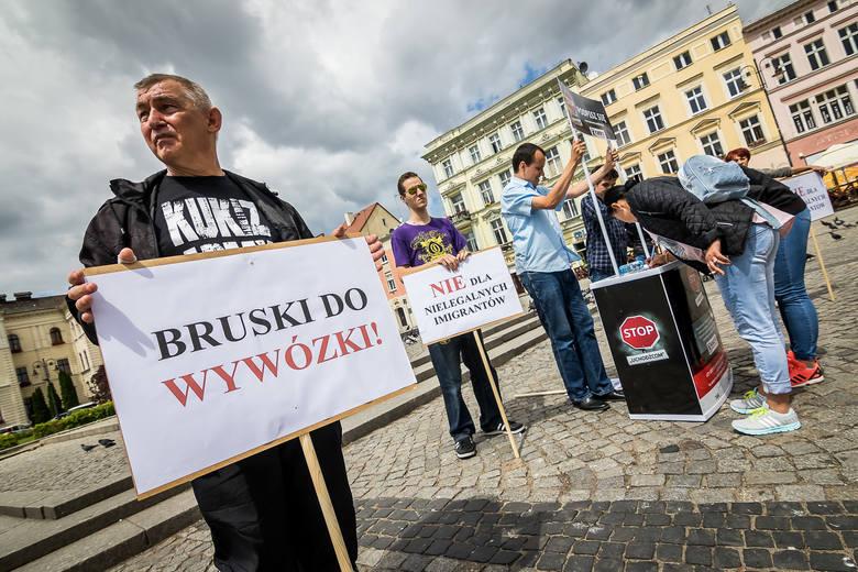 Wczoraj przed bydgoskim ratuszem zebrali się zwolennicy referendum o odwołanie Rafała Bruskiego i przeciwnicy przyjmowania imigrantów.