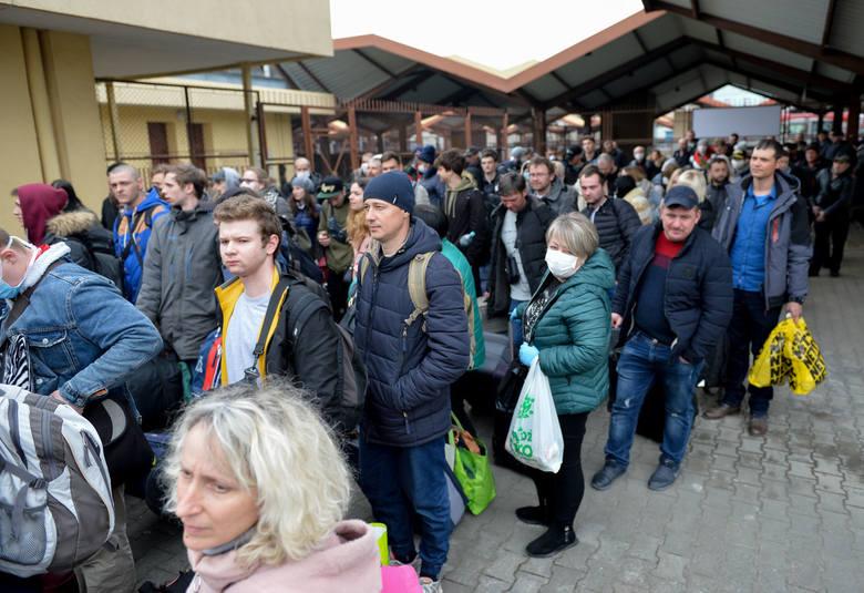 Cztery specjalne pociągi ukraińskich kolei wywożą ludzi z Polski na Ukrainę. Wszystkie odjadą w piątek (20 marca) z Przemyśla i przez Lwów dojadą do