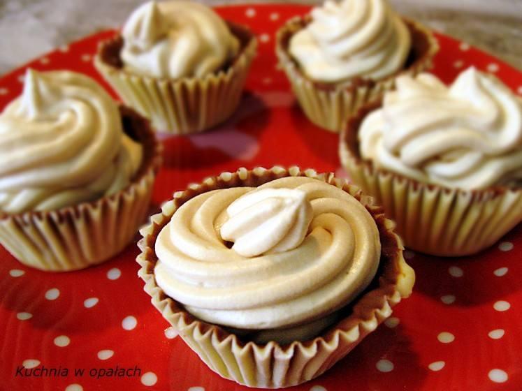 Składniki: 100 g białej czekolady, 100 g mlecznej czekolady, 100 ml śmietanki 30 %, 1 łyżka (kopiasta) serka mascarpone, 1 łyżka cukru pudru, mały kieliszek