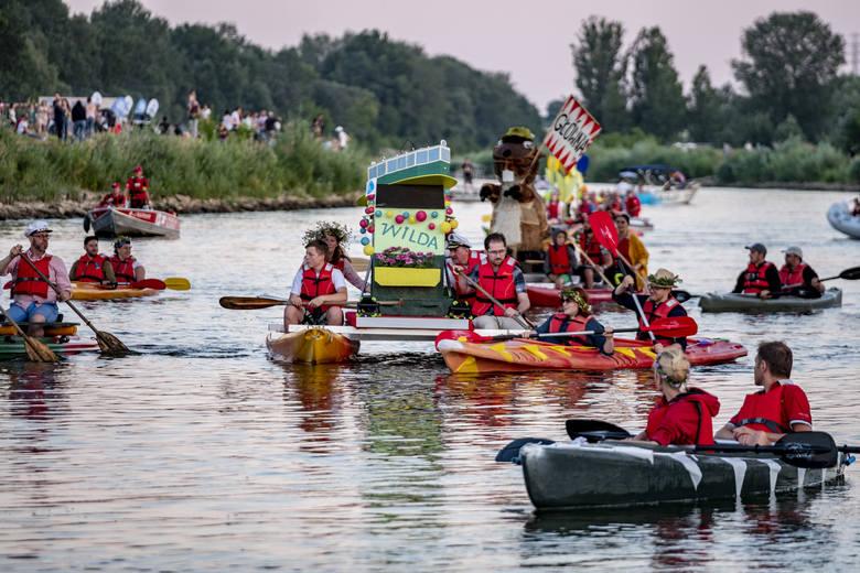 W sobotę w najkrótszą noc w roku tłumy nad Wartą podziwiały Paradę Sobótkową, czyli spływ efektownych instalacji, z których każda symbolizowała jedno