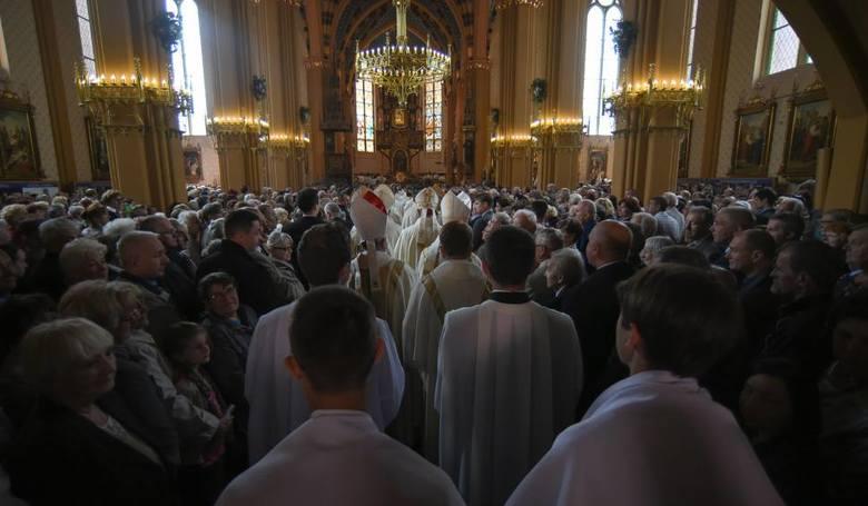 Każdej niedzieli miliony Polaków uczęszcza do kościoła, żeby uczestniczyć we mszy świętej. Wielu wiernych wie, jak się zachować w Domu Bożym, ale część