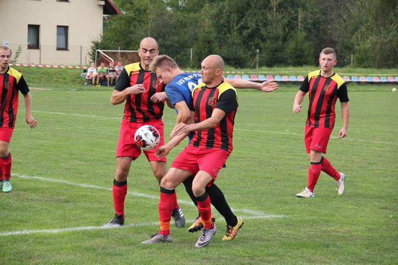Piłkarze Przedmieścia Jarosław (czerwone spodenki) pokonali na własnym boisku LKS Manasterz 3:1 w meczu klasy A Jarosław.