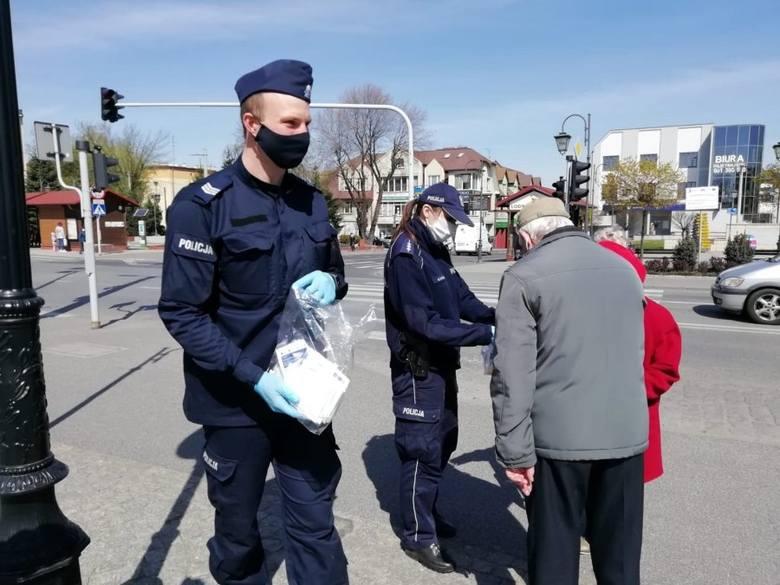 Policjanci rozdają maseczki. Ale będą i mandaty...
