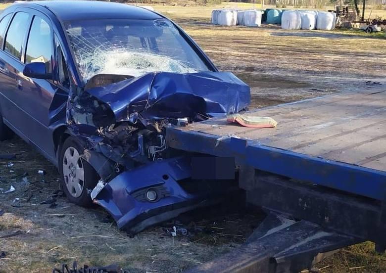 Gmina Kadzidło. Wypadek w miejscowości Sul. Kierujący oplem uderzył w przyczepę. 6.04.2020. Zdjęcia