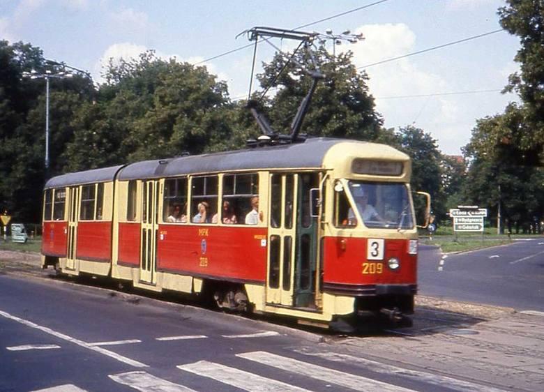 Od lat 60. do 80. na linii nr 3  kursowały tramwaje typu Konstal 2N - jeden z nich na placu Armii Czerwonej (dziś aleja Solidarności).