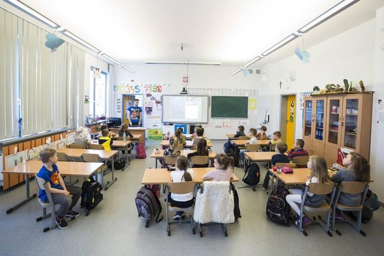 Piotr Sz., wieloletni dyrektor szkoły w gminie Kijewo Królewskie przez trzy lata seksualnie wykorzystywał chłopca - uznał Sąd Rejonowy w Chełmnie i skazał