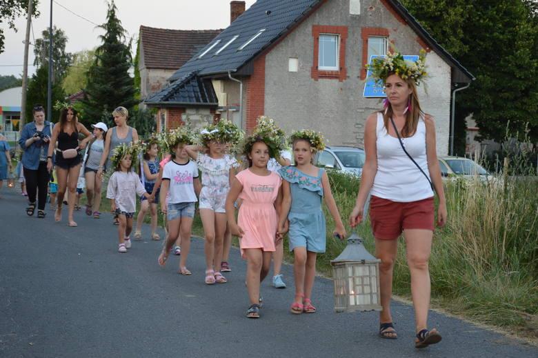 W sobotę w Mirostowicach Dolnych ( gmina Żary) mieszkańcy wsi razem świętowali najkrótszą w roku noc. Wprawdzie z tygodniowym poślizgiem, bo przypada