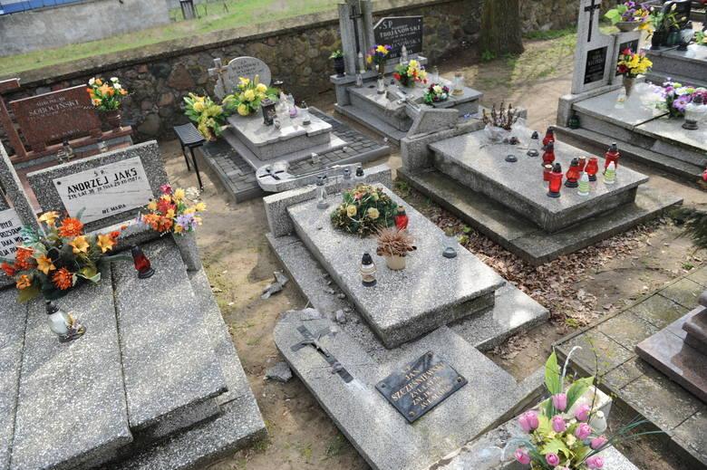 W sobotę 32 - latek zniszczył ponad 30 nagrobków na skępskim cmentarzu. Już usłyszał zarzuty. Policja szybko uchwyciła sprawcę. Rodziny zmarłych mają