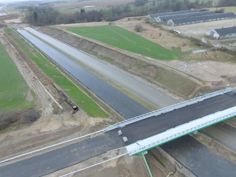 Trwa realizacja budowy drogi ekspresowej S6 na odcinku Ustronie Morskie - Koszalin. Jak przebiegają prace? Zobaczcie najnowsze zdjęcia!Więcej o inwestycjach