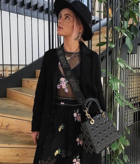 W ubiegłym tygodniu bardzo spodobała nam się Julia, która na swoim Instagramie pokazała piękną sukienkę w kwiaty i torebkę od Diora.