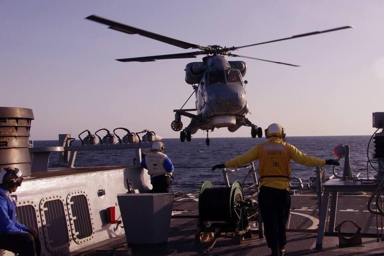 Polski śmigłowiec Marynarki Wojennej podczas lądowania na USS Donald Cook.