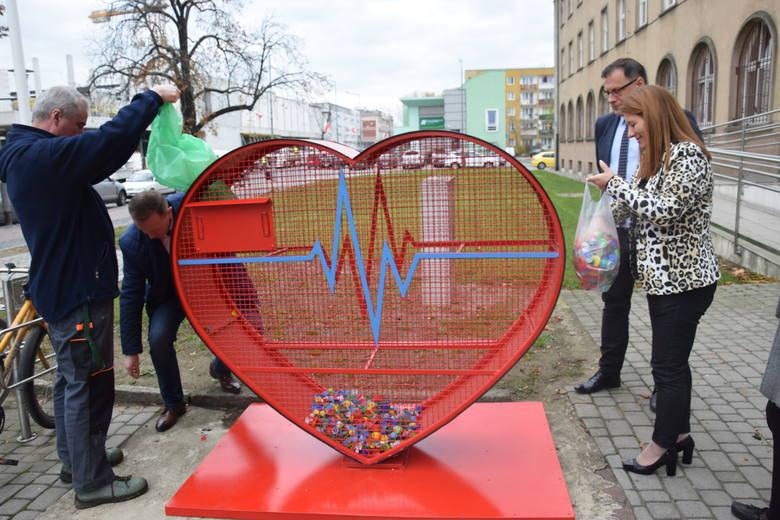 Nowa inicjatywa w Nysie. Pojemniki na plastik to serce dla potrzebujących pomocy