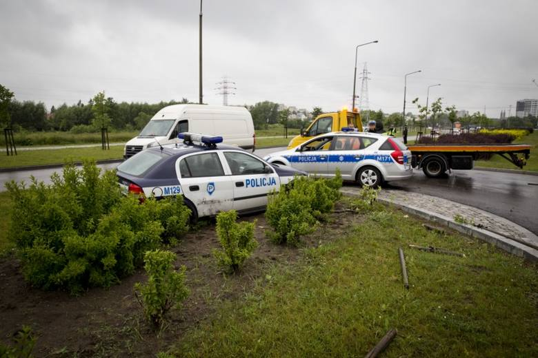 Ul. Branickiego. Policyjny radiowóz wpadł w poślizg, ściął drzewko i zatrzymał się na pasie zieleni (zdjęcia)