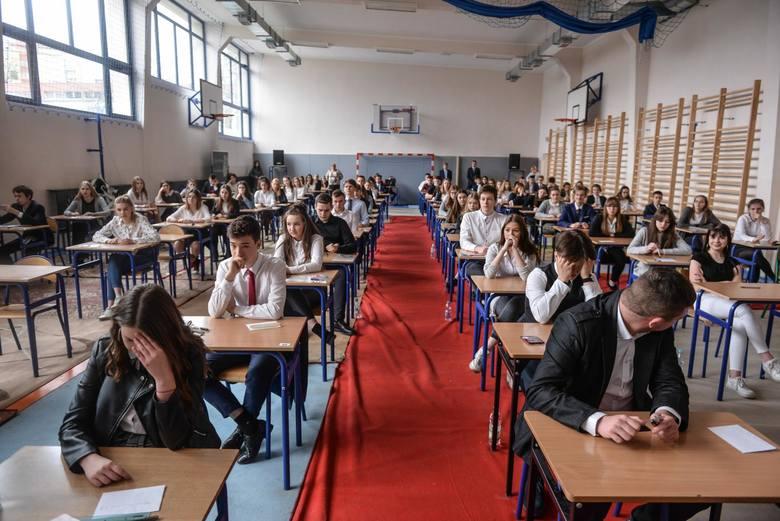 Dzisiaj uczniowie piszą egzamin gimnazjalny 2019 z języków obcych. W tym tekście znajdziecie arkusze i odpowiedzi z języka niemieckiego.Arkusze CKE i