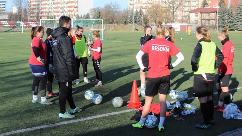 Piłka nożna kobiet, 1 liga. Zawodniczki Resovii wróciły do treningów. Trener Paweł Szurgociński zaplanował siedem sparingów