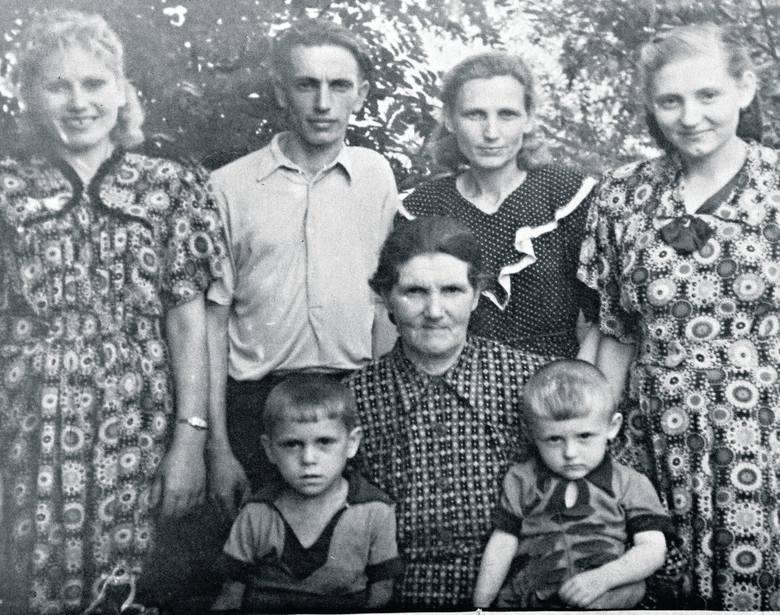 Rodzina pani Bronisławy. Babcia Julcia (druga od lewej), brat ojca Karol z żoną Albiną i jej mamą
