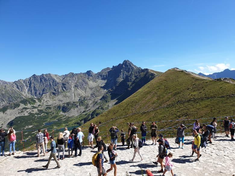 Kasprowy Wierch. Widok spod szczytu na Halę Gąsienicową (z lewej), Świnicę (najwyższy wierzchołek, w środku - 2301 m n.p.m.) i pobliski Beskid (zielony,