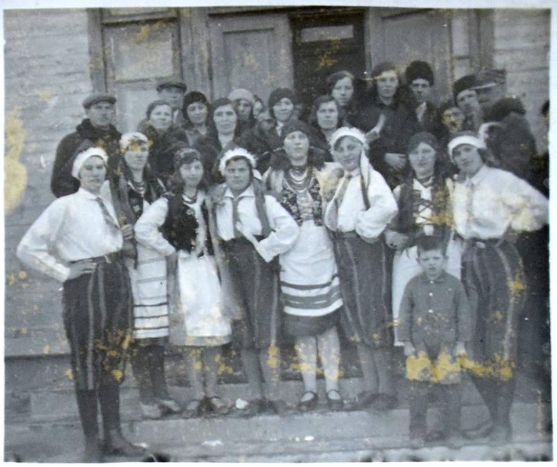 Mieszkańcy Karłowicz, skąd pochodzi Ewelina z Wiśniewskich Walczak - zdjęcie z 1932 roku.<br />