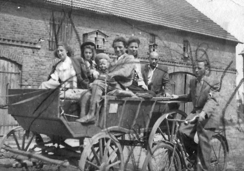 Rodzina Filarów po ekspatriacji z Wołynia na Ziemię Lubuską – do Sztabówki koło Zielonej Góry. Siedzą na bryczce od lewej: Teresa Popek, Krystyna Filar, Jerzy Filar, Wiera Filar, Władysław Filar, na rowerze Emil Popek.
