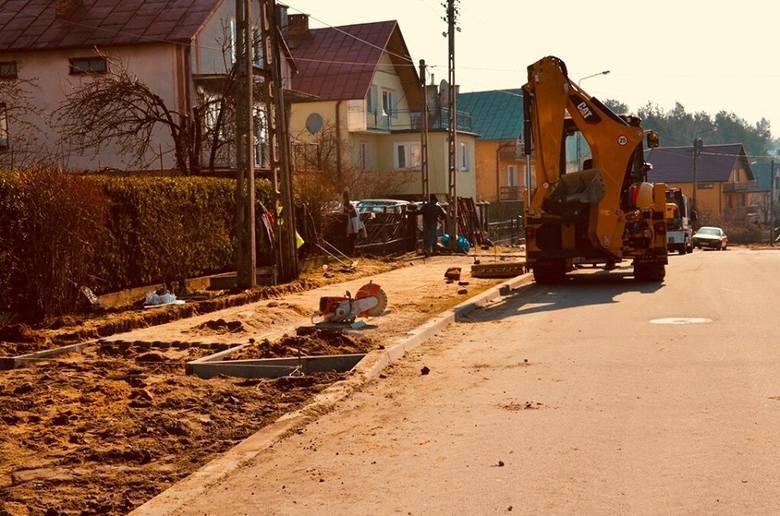 - Rozpoczęły się prace związane z przebudową chodników na ul. Świerkowej - informuje Piotr Siniakowicz, burmistrz Siemiatycz. -  Z jednej strony jezdni