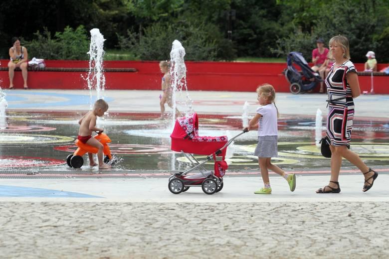 W parku Stanisława Staszica dzieci chłodziły się wodą z fontanny. A ich mamy odpoczywały na ławkach dookoła
