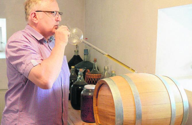 Przemysław Karwowski w piwniczce w zielonogórskiej Ochli odtwarza smaki tradycyjnych miodów pitnych