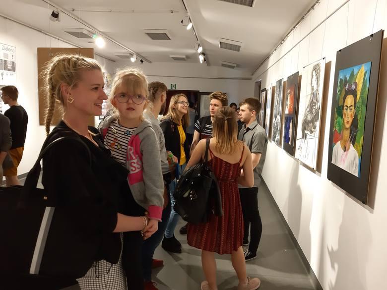 W galerii O.T. Rondo przy ul. Niedziałkowskiego odbył się wernisaż Mozaiki Możliwości. To wystawa Liceum Plastycznego przy Zespole Szkół Technicznych
