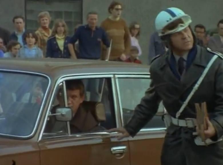 """Odcinek drugi """"Wisior"""". Na zdjęciu porucznik Borewicz i milicjant z drogówki, którego zagrał poznaniak Teodor Gendera. Cenzura nie chciała puścić dialogu między nimi, ale uparł się na niego konsultant z Milicji Obywatelskiej, argumentując, że takie rozmowy z kierowcami bywają ostrzejsze."""
