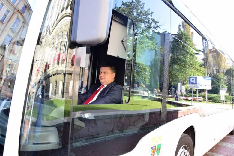 Na placu Ratuszowym zaprezentowano testowany w Bielsku-Białej w pełni elektryczny autobus mercedesa eCitaro.